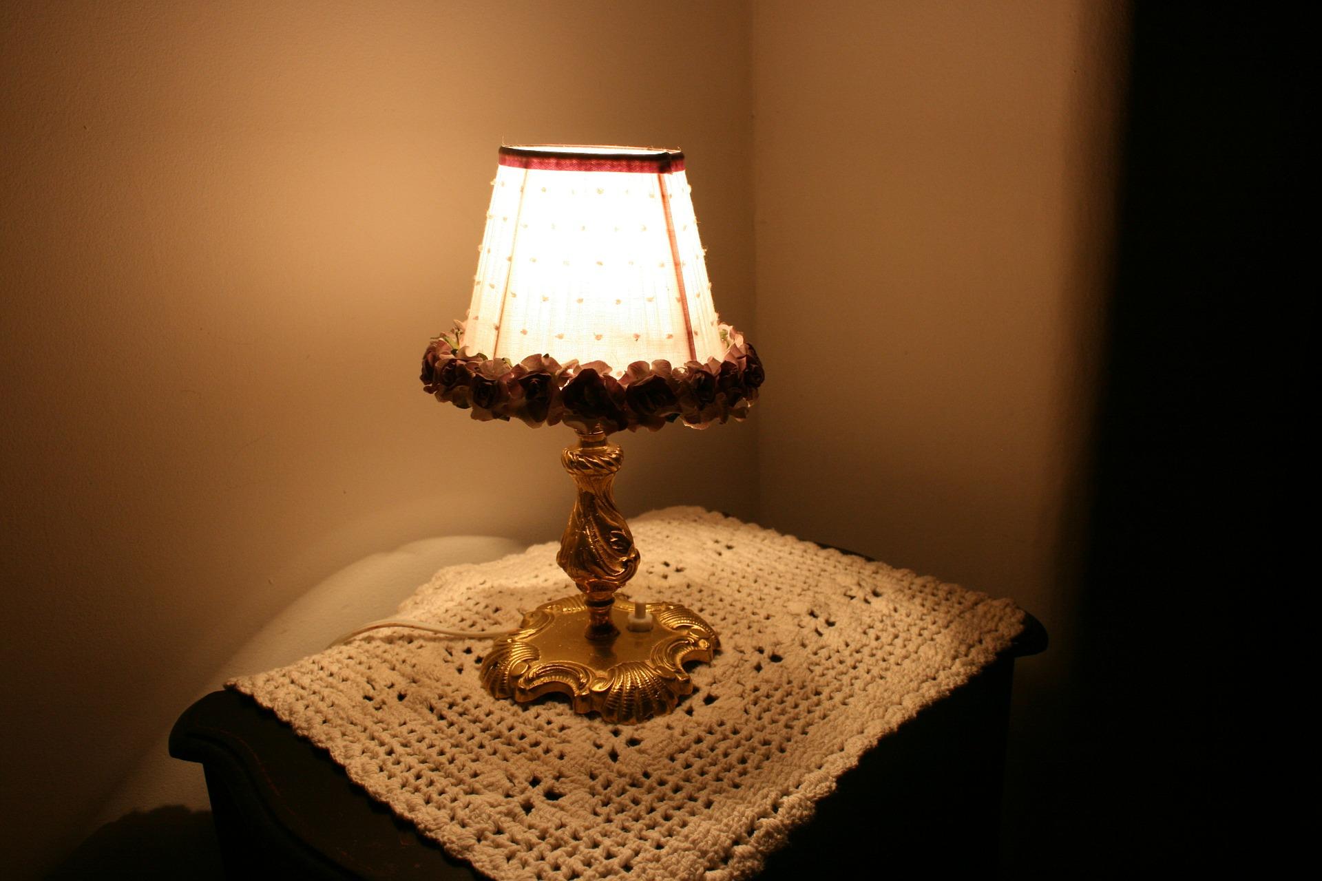 bedside-lamp-252000_1920