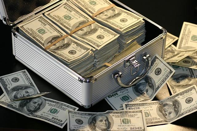 kufřík, dolarové bankovky