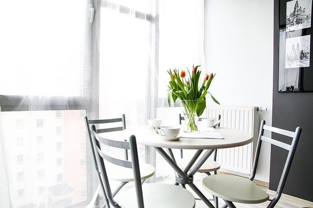 tulipány na stole.jpg