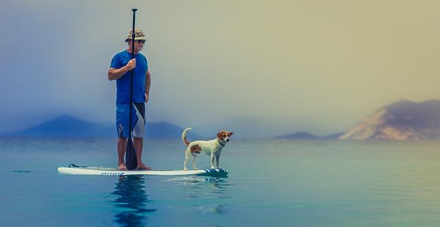 muž se psem na prkně.jpg