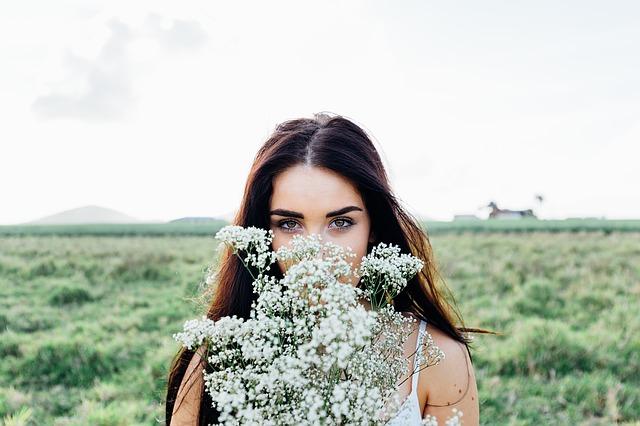 květiny před obličejem