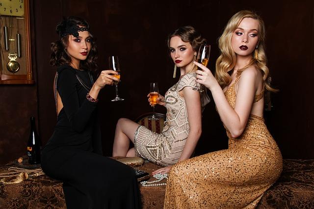 tři ženy v šatech