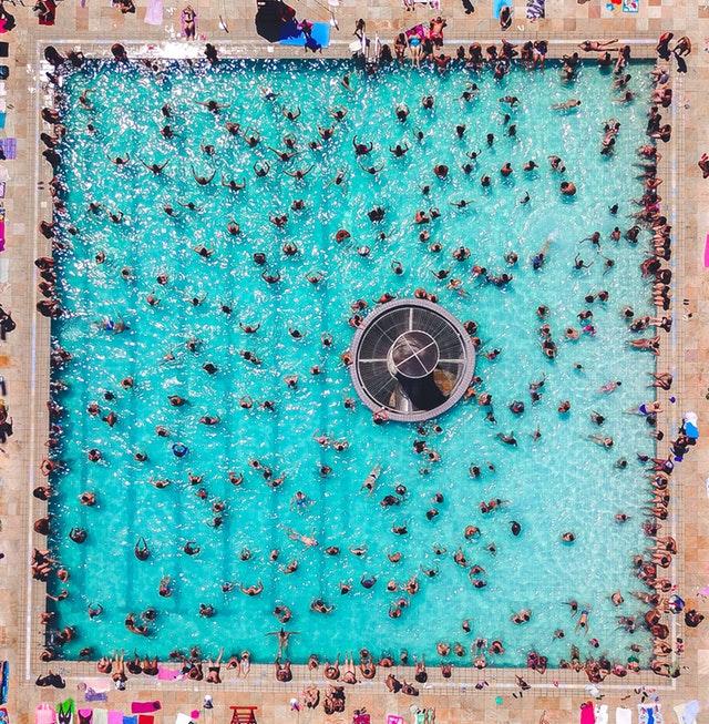 lidé na koupališti, pohled shora