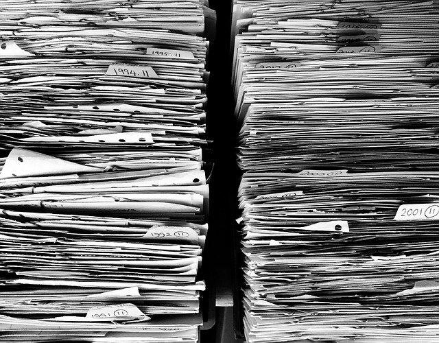 stohy papírů k likvidaci
